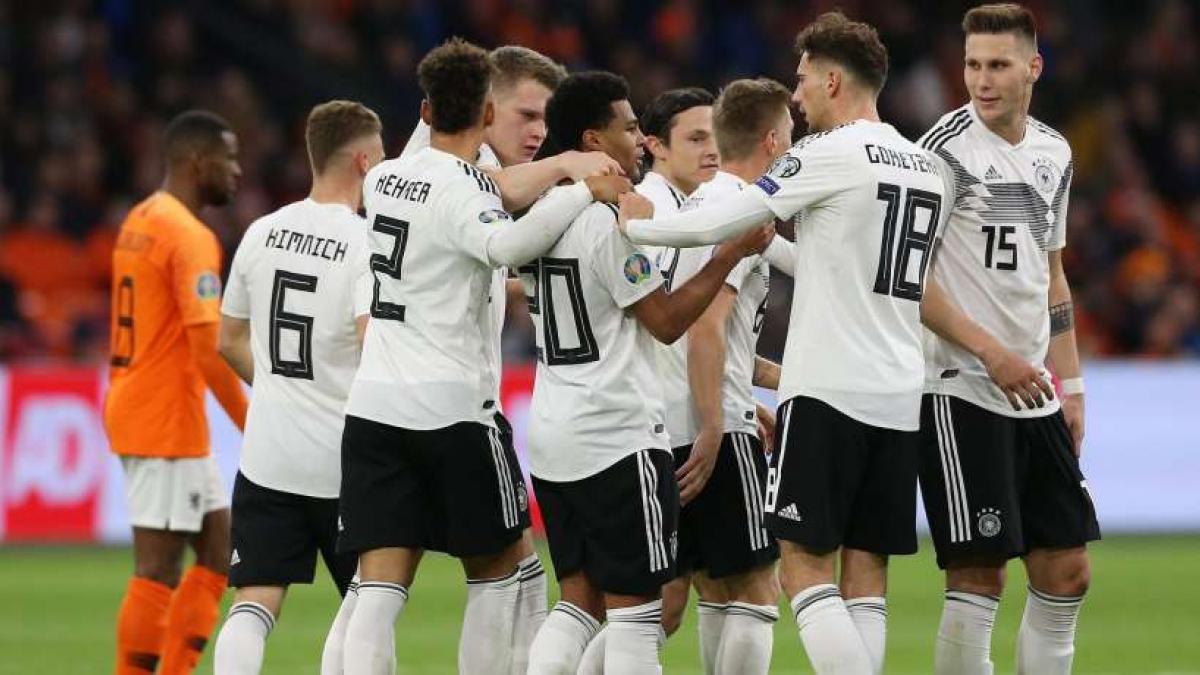 Das DFB-Team feiert das zwischenzeitliche 2:0 durch Gnabry
