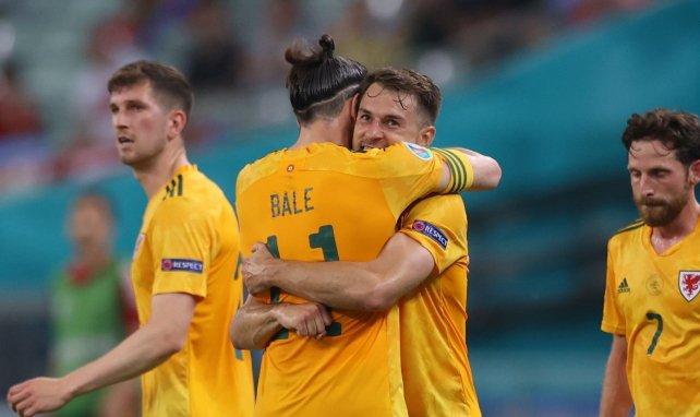 Gareth Bale umarmt Aaron Ramsey