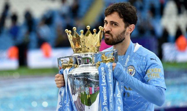 Bernardo Silva küsst den englischen Meisterpokal