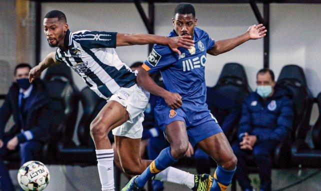 Beto (links) setzt sich in der Partie gegen den FC Porto durch