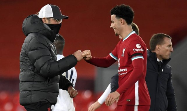 Curtis Jones (r.) mit Liverpool-Trainer Jürgen Klopp