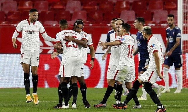 Jules Koundé wird von seinen Mitspielern geherzt