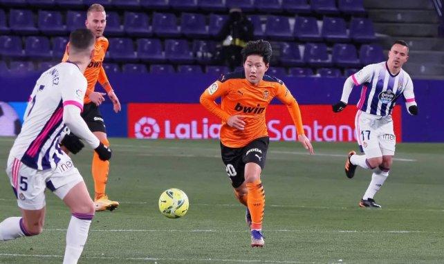 Kang-in Lee treibt den Ball nach vorne