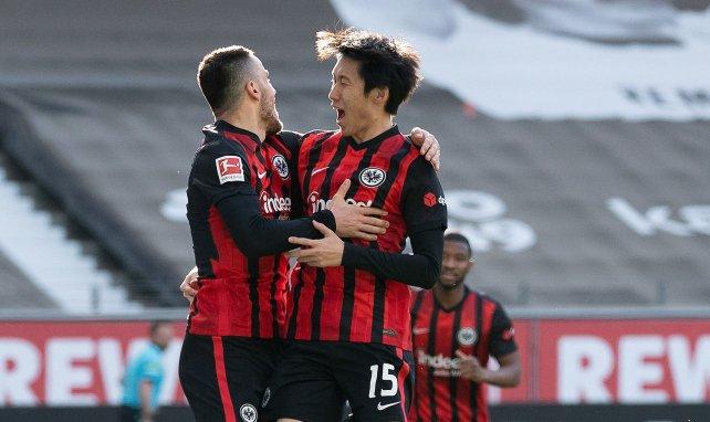 Filip Kostic und Daichi Kamada jubeln gegen die Bayern