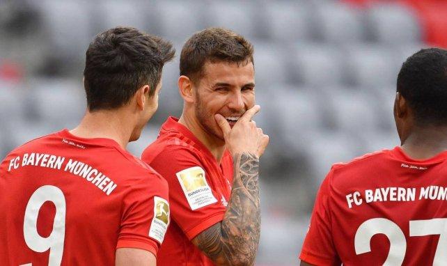 Lucas Hernández scherzt mit seinen Teamkollegen