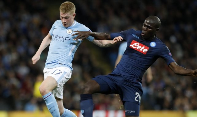 Kalidou Koulibaly(r.) im Duell mit Kevin De Bruyne