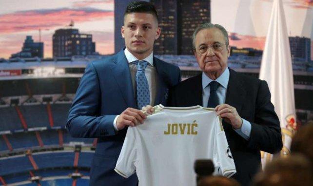 Florentino Pérez (r.) präsentiert Luka Jovic