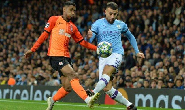 Tetê (l.) im Zweikampf mit Manchester Citys Nicolas Otamendi