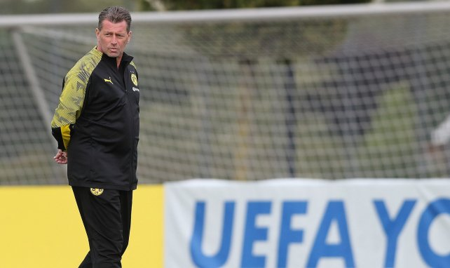 Michael Skibbe beobachtet das Training der Dortmunder U19