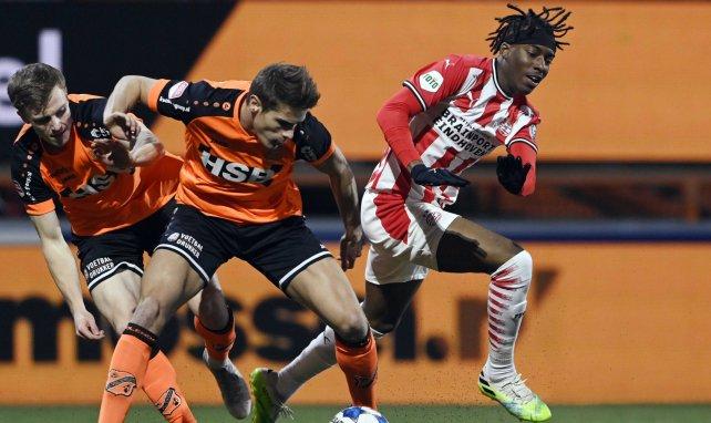 Micky van de Ven (M.) behauptet den Ball gegen Eindhovens Noni Madueke