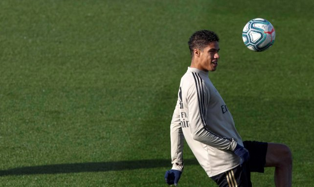 Raphaël Varane jongliert einen Ball im Training